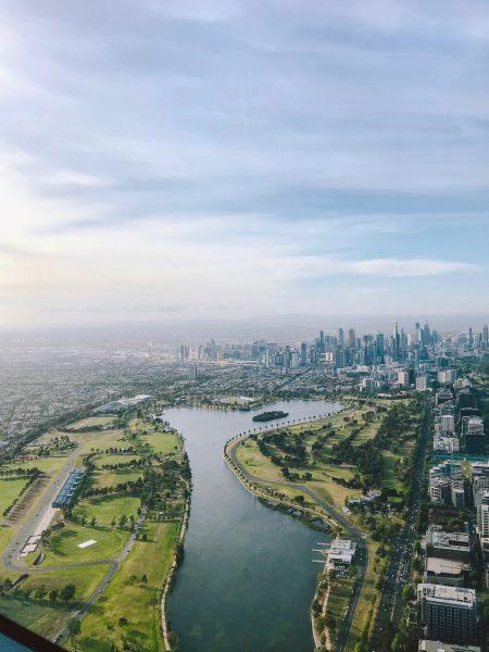 Vista aérea de megacidade com parque em primeiro plano e muitos prédios ao fundo