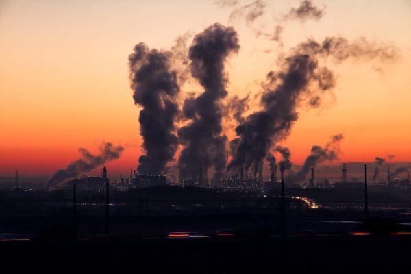 Paisagem com indústrias expelindo grande quantidade de fumaça na atmosfera