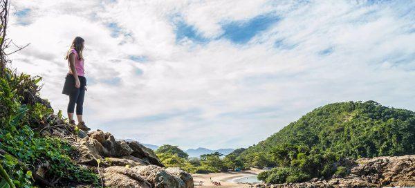 Moça em primeiro plano observando bela paisagem do Parque Nacional da Serra da Bocaina