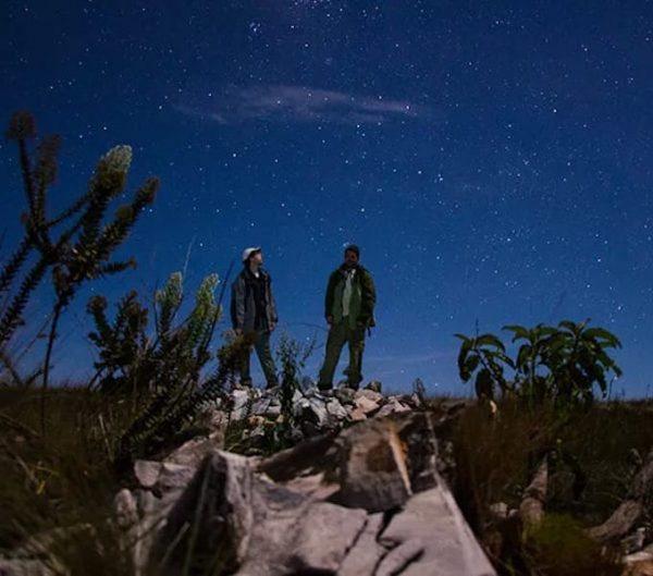 Dois homens obervando o céu estrelado do Parque Nacional das Sempre-Vivas