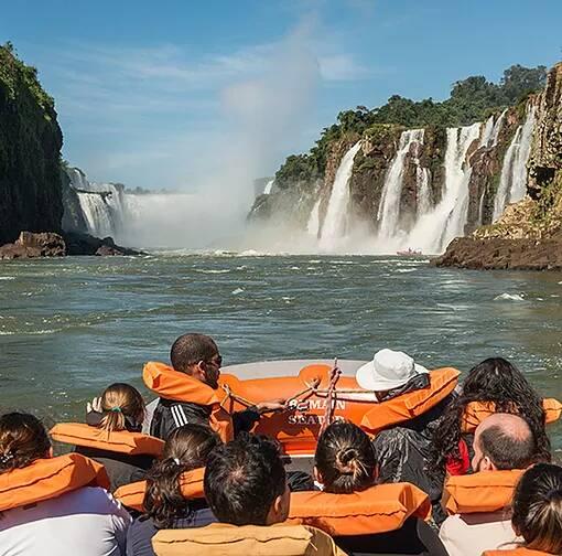 Pessoas em canoa no Parque Nacional do Iguaçu