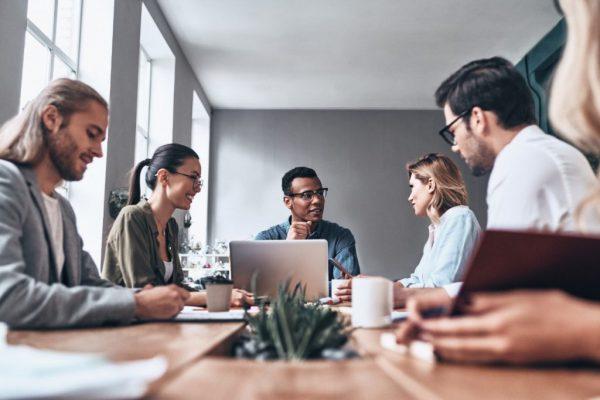 Pessoas ao redor de uma mesa de reunião