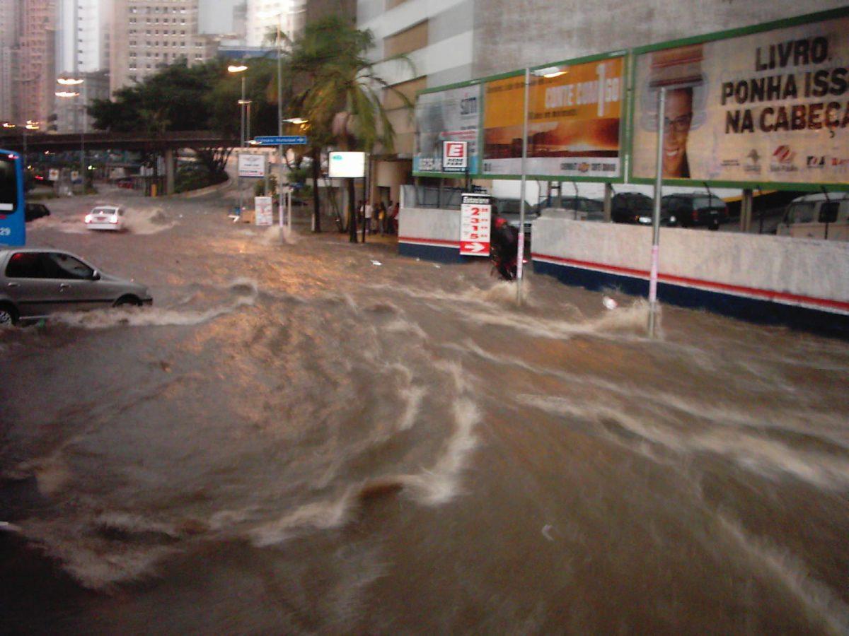 Cena de enchente em São Paulo